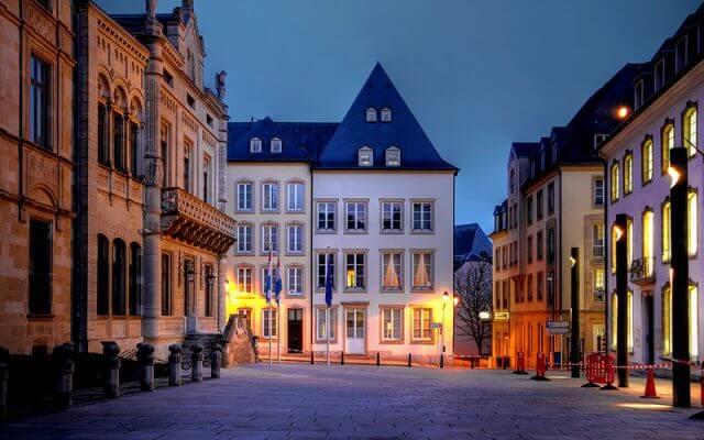 La-Rue-du-Marche-aux-Herbes-Geceleri-640x400