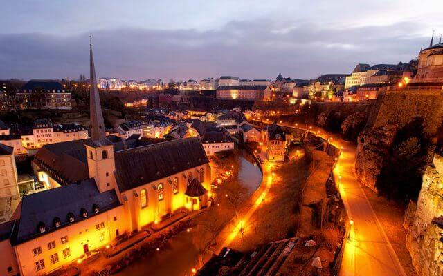 St-John-Kilisesi-ve-Ceyrek-Asirlik-Luksemburg-Sehri-640x400